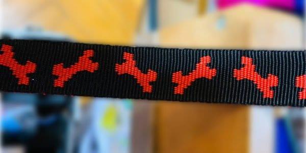 Halsband Schwarz mit Roten Knochen