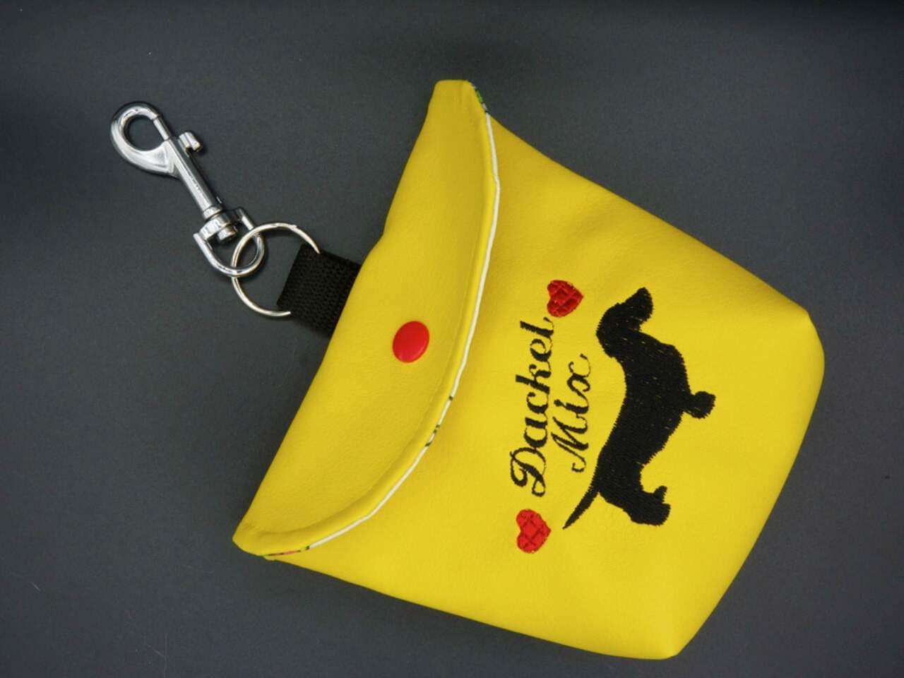 geschlossenes gelbes Futterbeutel aus Kunstleder mit besticktem Dackel Motiv
