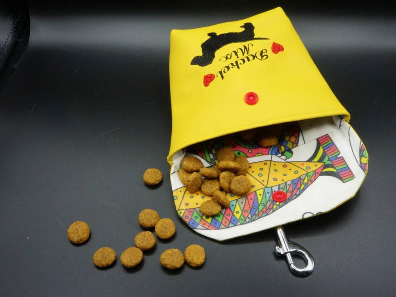 Gelber Futterbeutel aus Kunstleder mit Schmeckies