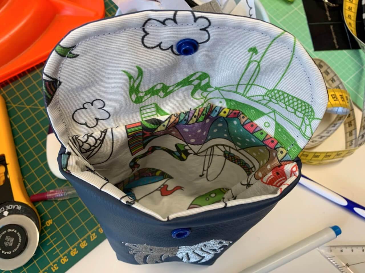 Abwaschbare Innenseite des Futterbeutels aus Kunstleder aus dem Shop