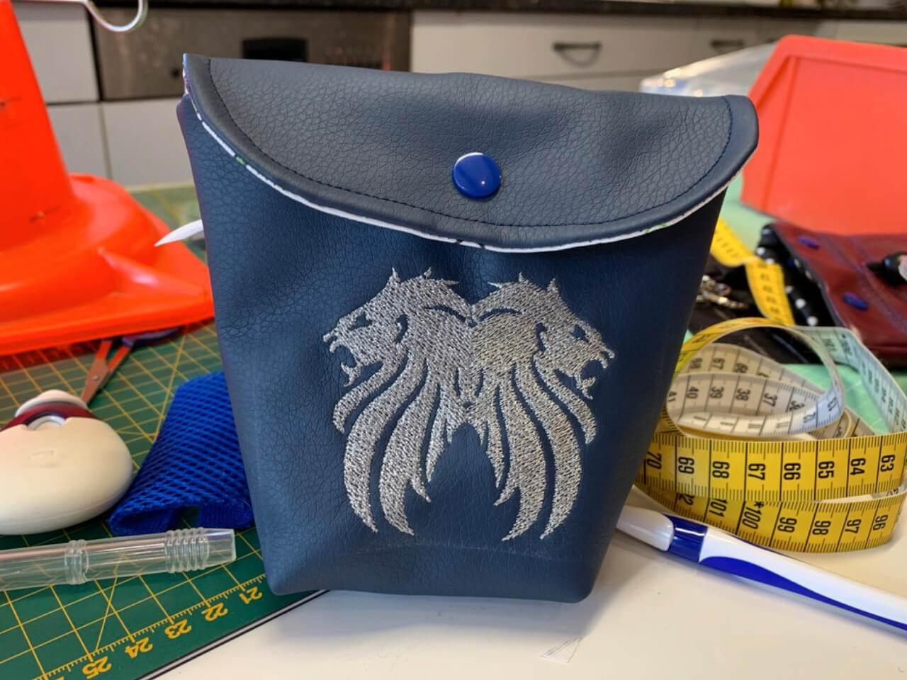 Blaues Futterbeutel aus Kunstleder die im Shop angeboten werden.